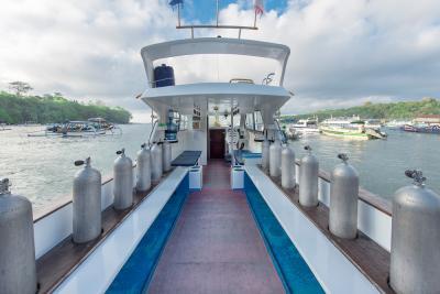 DSC 2040-Boat-Rear